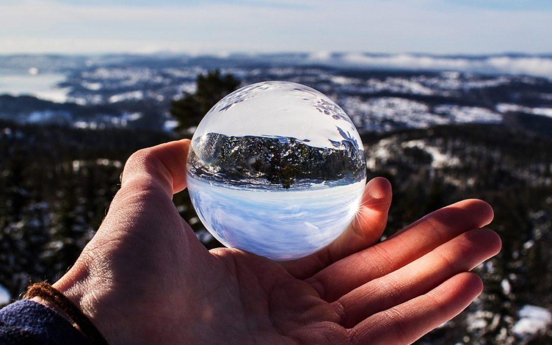 Erfolg- Landschaft spiegelt sich in einer Glaskugel wider