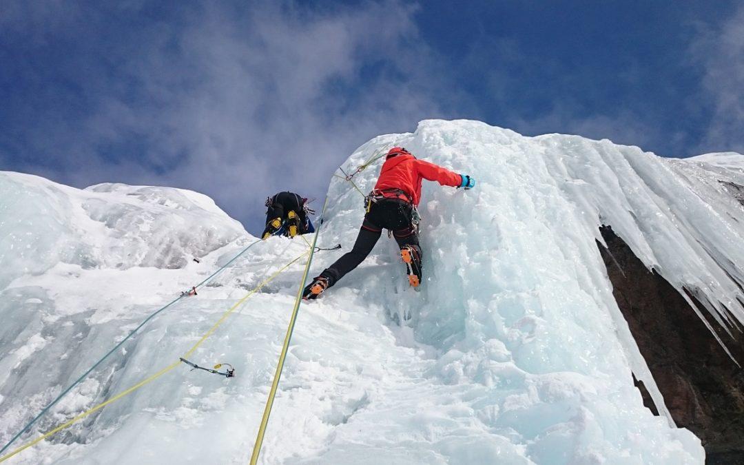 Zwei Eiskletterer an einer Eiswand