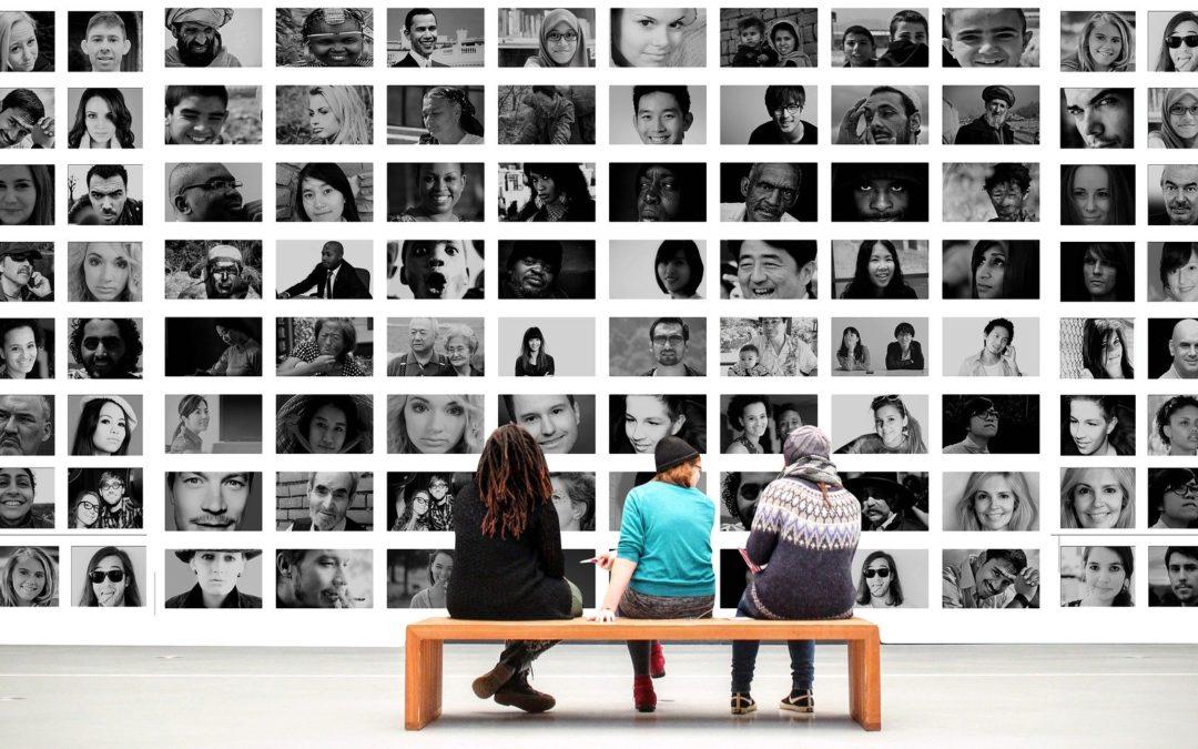 Netzwerk -Menschen betrachten Bilder anderer Personen